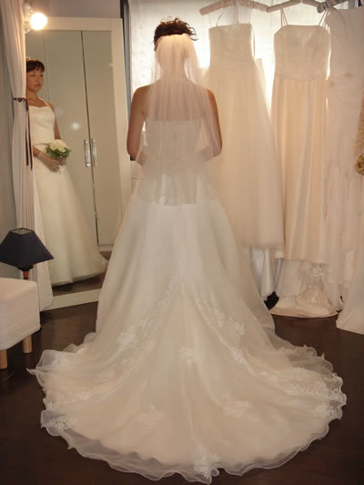 Fitting_room_weddingdress